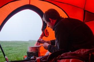 Das Wetter zwang auch manchmal im Zelt zu Kochen