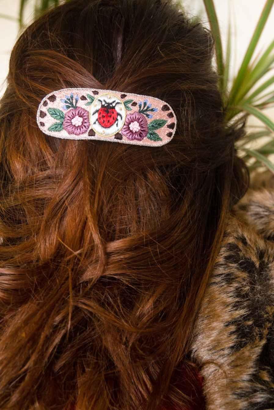 Barrette brodée à la main   Ladybird   Photo 1