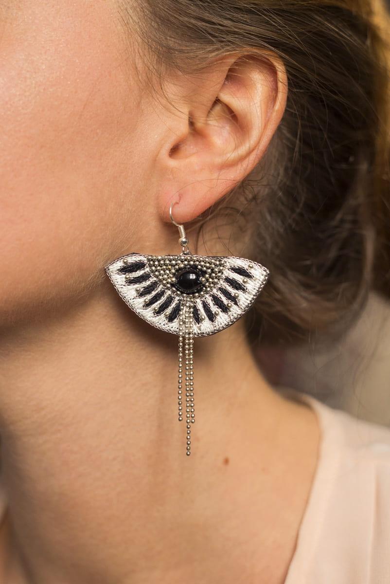 Boucles d'oreilles ethniques Brava | Cream/Black | Photo 1