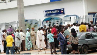 Photo of Lockdown: Customers make last-minute withdrawals, banks overwhelmed
