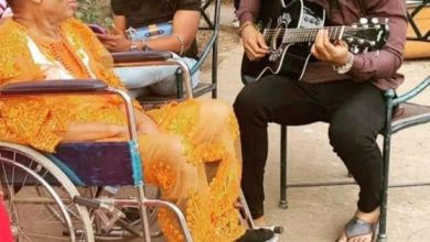 Photo of Favour Entertaining His Aged Father With Guitar In Enugu(Video)