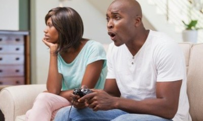 bored-woman-sitting-next-to-her-boyfriend-playing-video-games