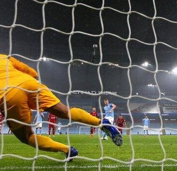 Kevin de Bruyne misses a penalty against Liverpool