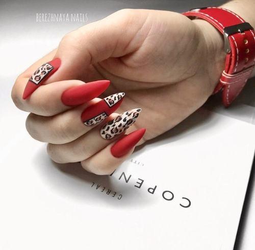 Новомодный красный маникюр 2021-2022: стильные новинки дизай - 175