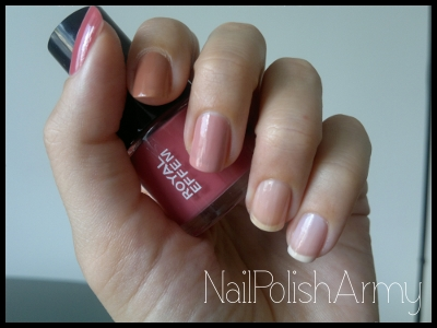 Royal Effem almost nude gradient nails