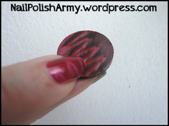 mua-squiggle-effect-magnet-with-essence-magnetic-red-nail-polish