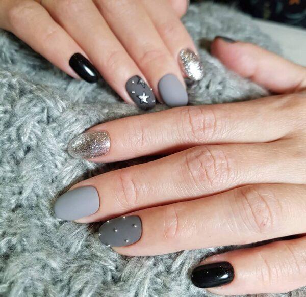Làm móng tay màu xám với lấp lánh và các ngôi sao
