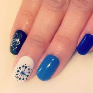 ブルーと白の和柄ネイルデザイン