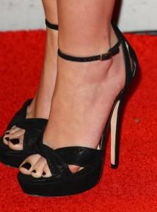 Elegante esmalte negro para las uñas de los pies