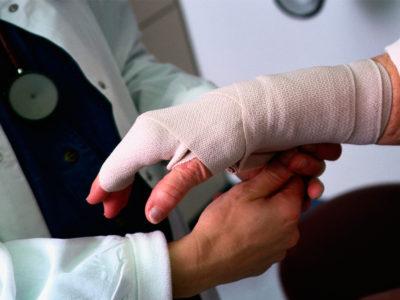 Сколько длится больничный при переломе лодыжки со смещением и без. На сколько дают больничный при переломе руки