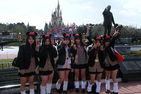 【知られざる】ディズニーリゾートにいる制服姿の女子高生の正体!!