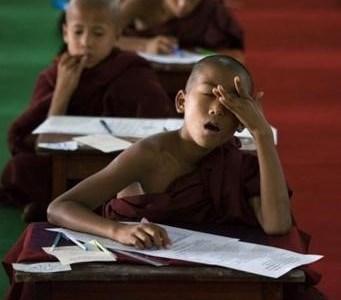 【爆笑】必死で睡魔と戦う少年僧侶がかわいい