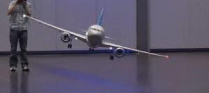 一体どうやって飛んでるの?!CGかと疑うほど優雅にゆっくり飛行するラジコンの秘密!