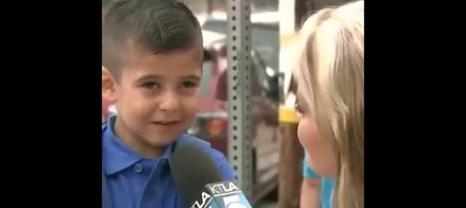 学校に行く途中でインタビュー。お母さんいないと寂しくない?と聞かれて強がるけど