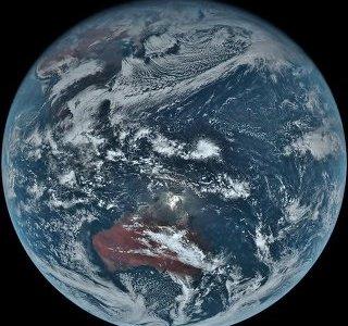 静止衛星「ひまわり8号」が撮影した地球。昼と夜のコントラストが美しい