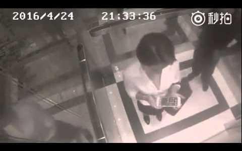 エレベーターで襲われそうになっていた女性。次の瞬間