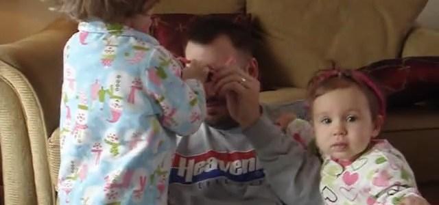 バランスを崩し転倒する娘をノールックでキャッチするパパがカッコ良すぎる!