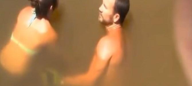 水に潜った女性が、素手でとんでもない大物を捕獲!
