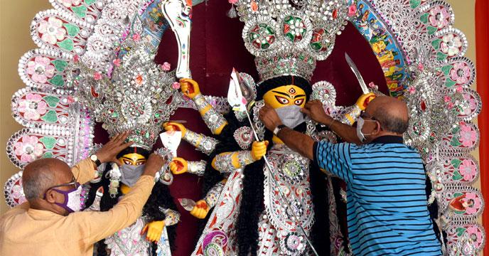 পুজোর মরশুমে কোনও রকম জমায়েত বা শোভাযাত্রা করা যাবে না। পুজোপ্রেমীদের ভিড় এড়িয়ে ঠাকুর দেখার পরামর্শ দেওয়া হচ্ছে।