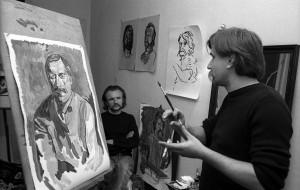 Andrzej Partyka w swoim studiu maluje mnie, w tle siedzi jego brat Bogdan Partyka, Nowy Jork, 1983 fot. Cz. Czapliński
