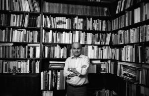 Ryszard Kapuściński w swoim mieszkaniu, 1987 r., Warszawa, fot.Czesław Czapliński