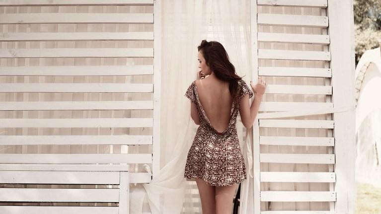 Jaki stanik do sukienki z odkrytymi plecami?