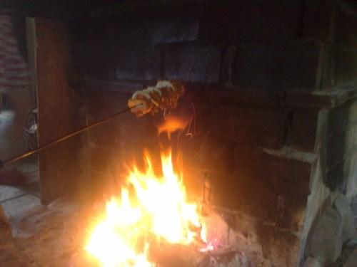 Pieczenie szaszłyka w kominku