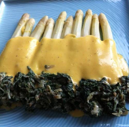 szparagi w sosie holenderskim z duszonymi pokrzywami