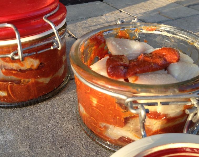 Pikantna przekąska - Śledzie w sosie pomidorowym z curry