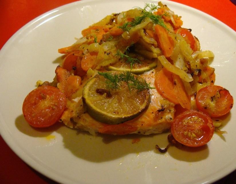 Łosoś pieczony pod środziemnomorskimi warzywami