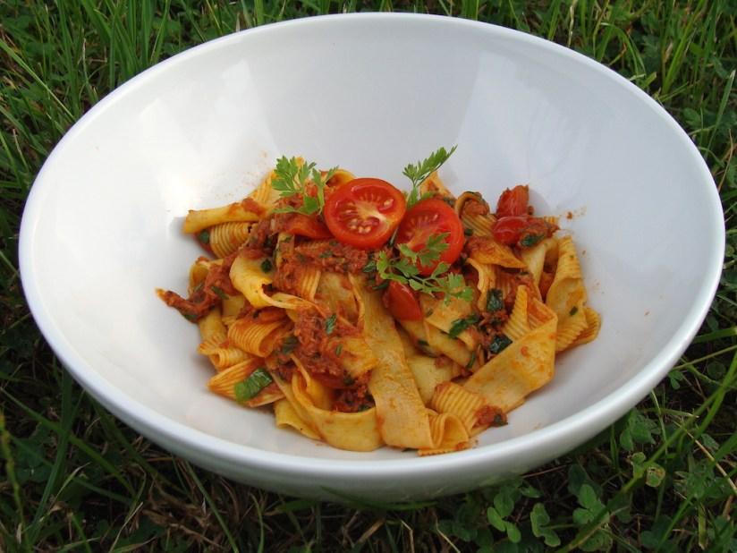 Makaron z tuńczykiem i pomidorkami koktajlowymi - prosty, zdrowy i smaczny obiad