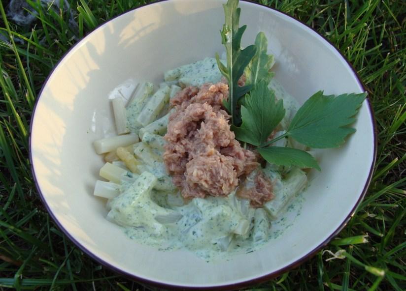 Sałatka ze szparagów i tuńczyka z ziołowym majonezem
