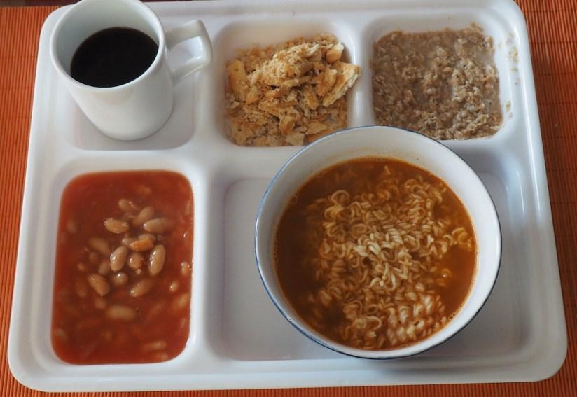 Racja policji malezyjskiej - fasolka, zupa curry, owsianka, krakersy, kawa