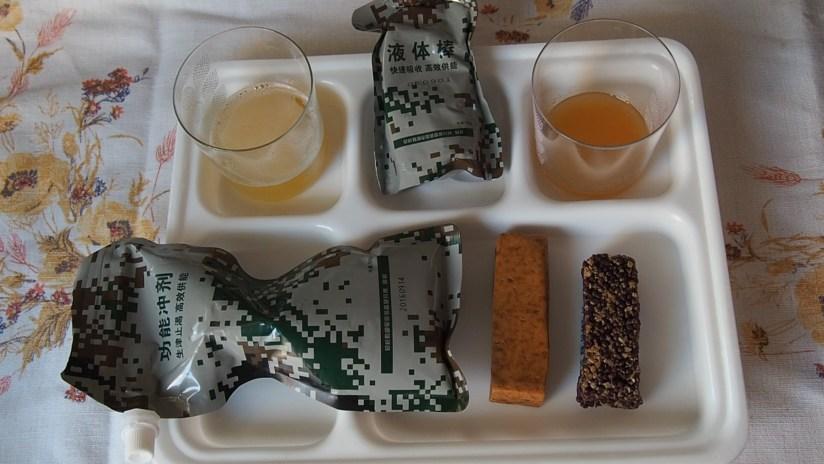 Racja armii chińskiej operacje specjalne-napój pomarańczowy po lewej, deser brzoskwiniowy po prawej
