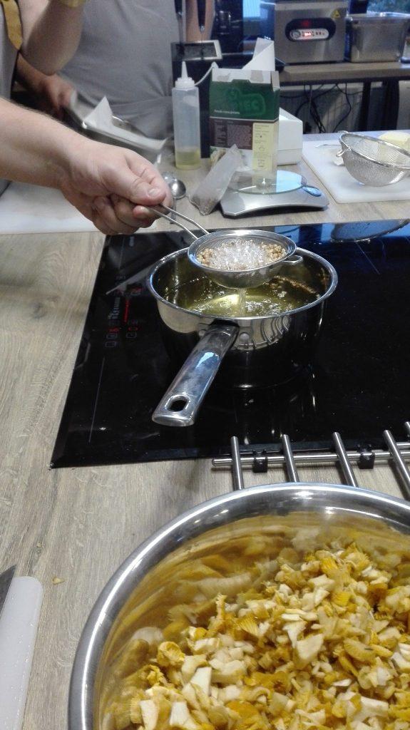 Warsztaty z Adamem Chrząstowskim-The Kitchen studio kulinarne-przygotowanie poppingu z kaszy gryczanej