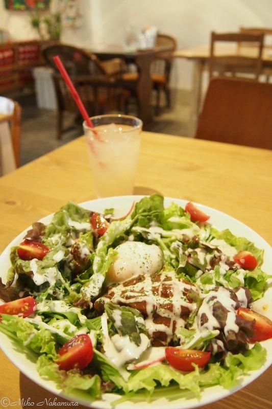 サラダたっぷりロコモコ。オーナーさんのお父様が丹精されている自家菜園@滋賀の野菜が使われている。