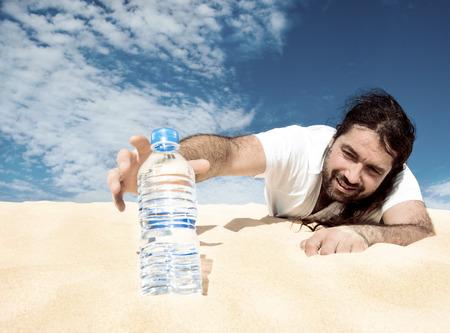 砂漠で遭難。水を見つけて手を伸ばしている男性