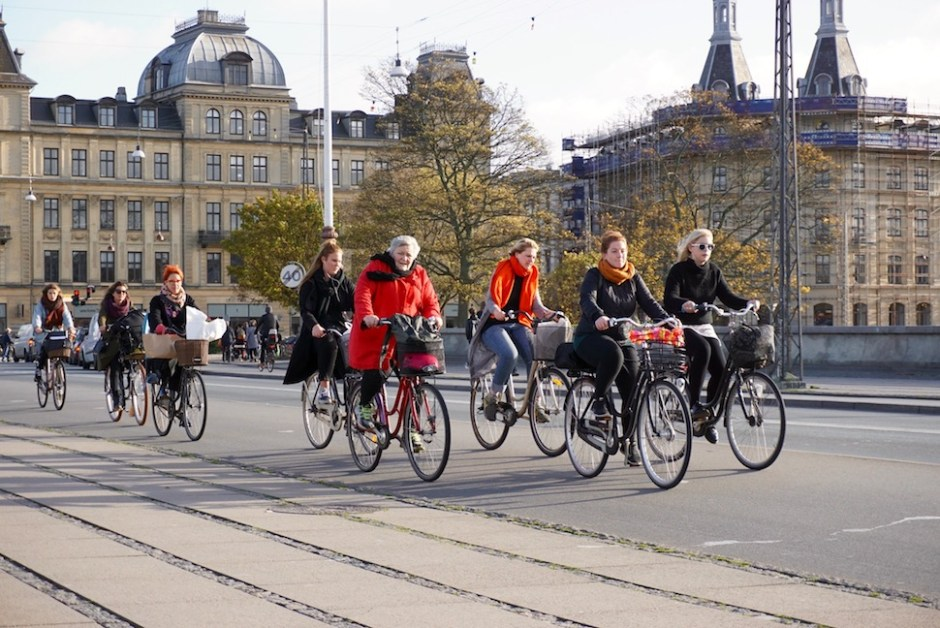 ▲코펜하겐 복판 루이스 여왕 다리(Dronning Louises Bro) 위를 자전거로 달리는 시민들 (사진: 안상욱)