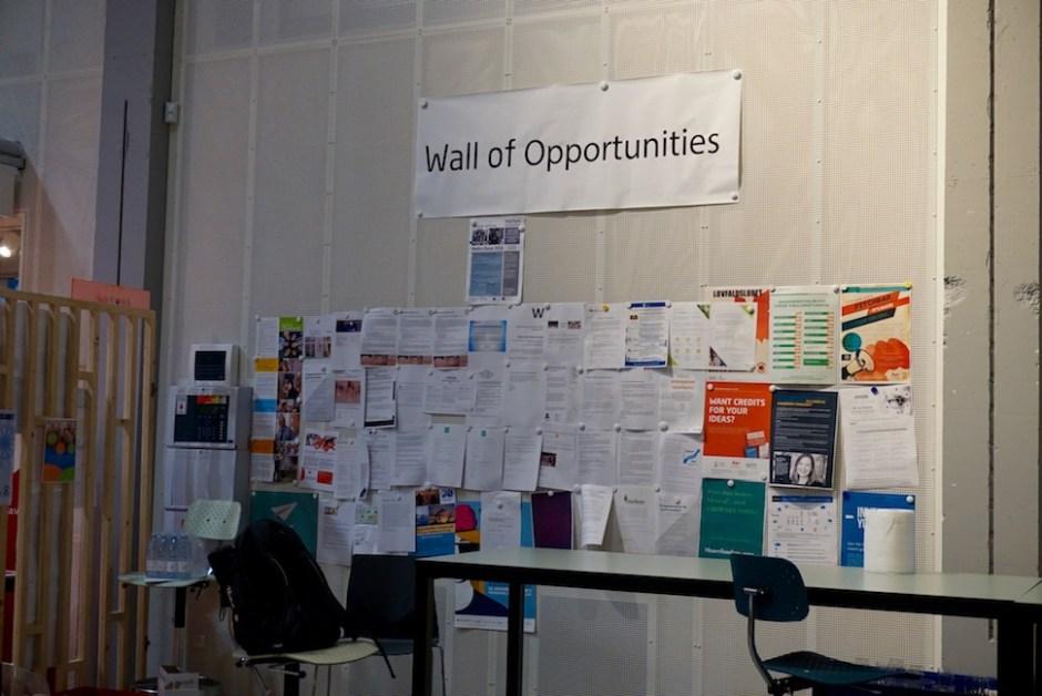 ▲로비 한쪽 벽에 자리잡은 기회의 벽(Wall of Opportunities)은 스카이랩의 개방 정신을 상징적으로 보여준다. 누구나 광고를 붙일 수 있다. 외부 업체가 구인 광고를 붙이기도 하고, 학생이 같이 스타트업을 꾸릴 팀원을 모으기도 한다. 스카이랩은 관여하지 않는다. (사진: 안상욱)