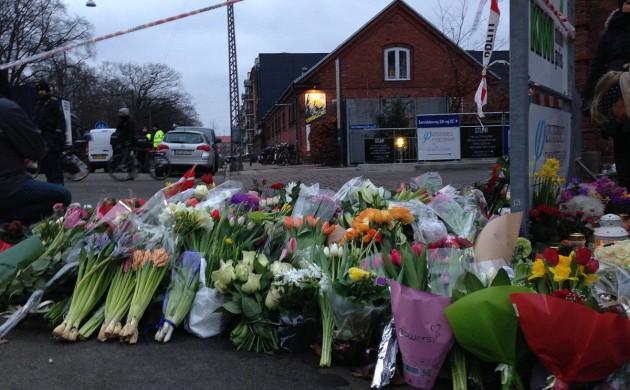 ▲총격 테러 현장에 코펜하겐 시민이 꽃다발을 두고 희생자를 추모했다 (출처: 코펜하겐포스트)