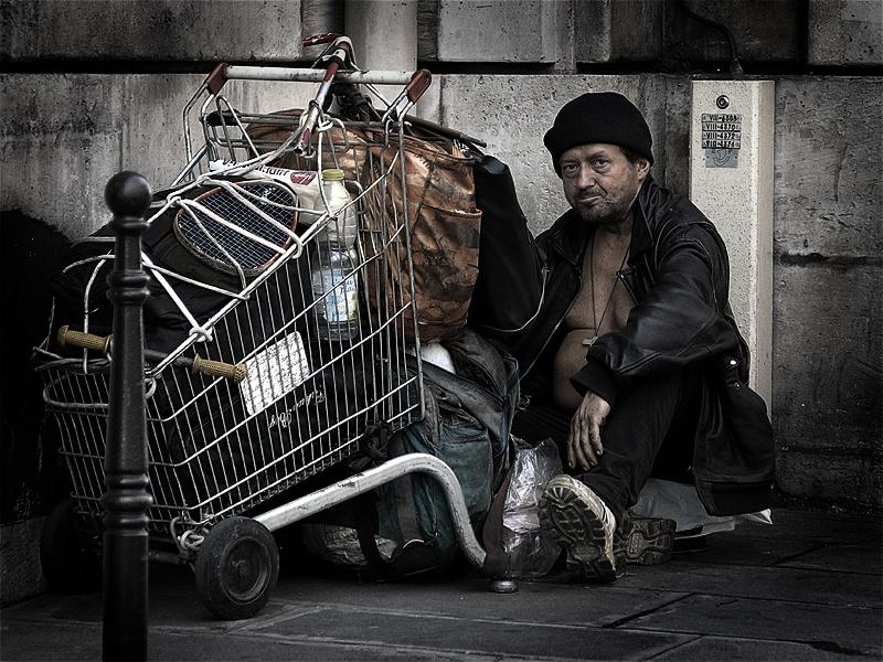 파리의 노숙자(출처: 위키미디어커먼즈 CC BY-SA Eric Pouhier)