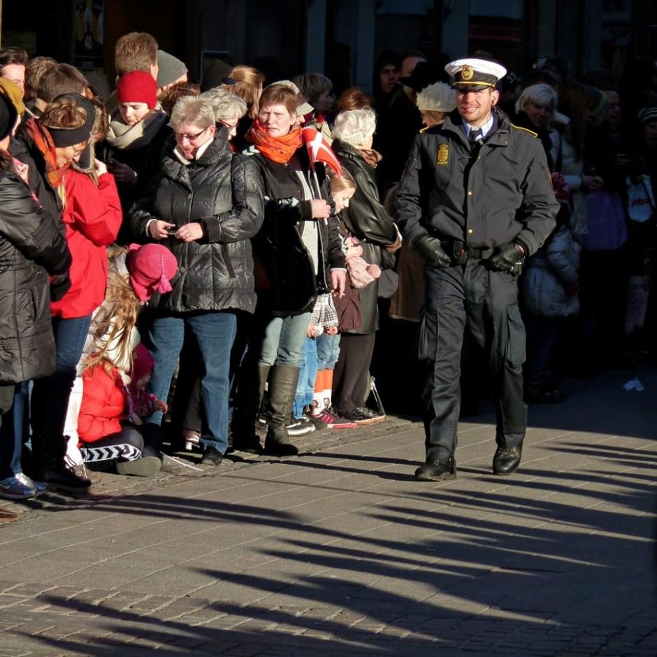 """2012년 1월14일 덴마크 여왕 마가렛 2세의 즉위 40주년을 기념하는 행사에서 경찰관이 덴마크 시민 앞을 걷는 모습(사진: <a href=""""https://www.flickr.com/photos/56380734@N05/6722257573"""" target=""""_blank"""">플리커</a> CC BY-SA <a href=""""https://www.flickr.com/photos/56380734@N05/"""" target=""""_blank"""">Comrade Foot</a>)"""