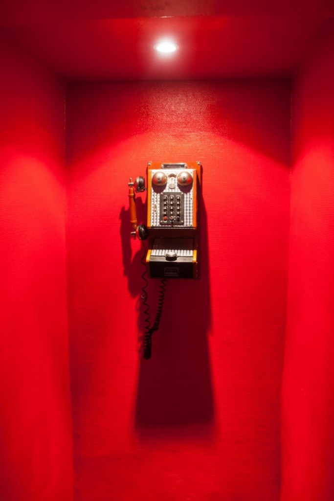 스카일러스 카페는 주인장 스카일러 특유의 개성이 돋보이는 공간이다. 소품으로 벽에 걸린 오래된 전화기도 독특하다(사진: 여지형)