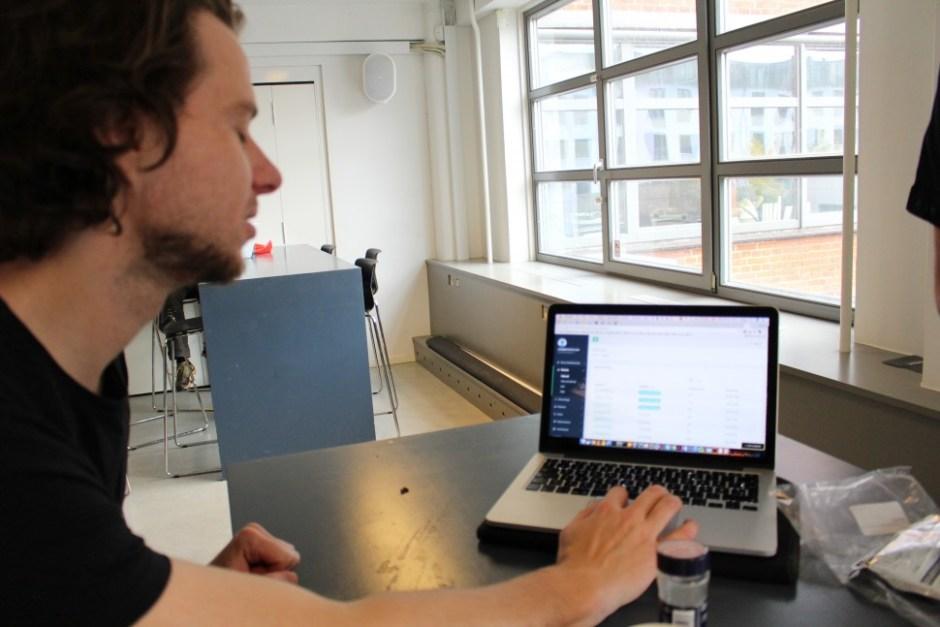 의료진용 환자 모니터링 온라인 시스템을 보여주고 있는 에릭 포울센 Cotrium CEO (사진: 남윤경)