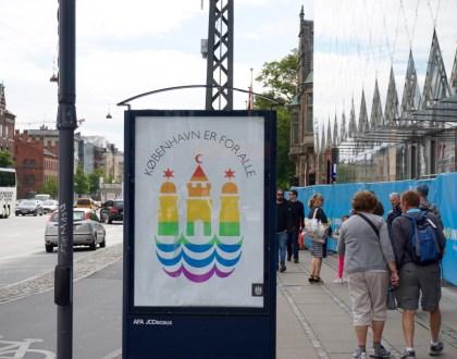 """북유럽 최대 성소수자 축제인 코펜하겐프라이드2016을 맞이해 코펜하겐 시정부가 시내에 내건 포스터. """"코펜하겐은 모두를 위해 있다""""라는 문구가 무지개색 시 로고와 큼지막하게 박혀 있다 (사진: 안상욱)"""