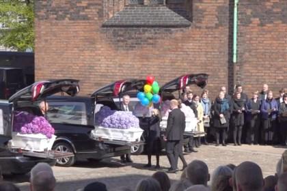 5월4일 오후 오후스 대성당(Aarhus Domkirke)에서 스리랑카 테러로 숨진 홀츠 포울센(Holch Povlsen ) 가 자녀 세 명의 장례식이 열렸다 (DR 방송 갈무리)