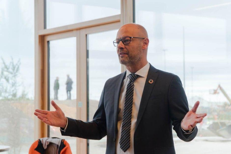2019년 10월4일 코펜힐(CopenHill) 개관 외신기자회견장에서 야콥 시몬센 (Jacob Hartvig Simonsen) 아마게르자원센터(ARC) 대표가 발표하는 모습 (사진: 안상욱)