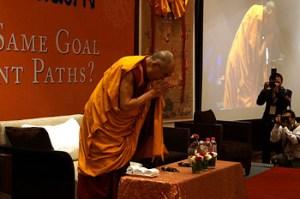 O Dalai Lama se curva perante a audiência no início das discussões com os acadêmicos e monges tailandeses na Índia, 15 de dezembro 2012. Foto/Jeremy Russell/OHHDL