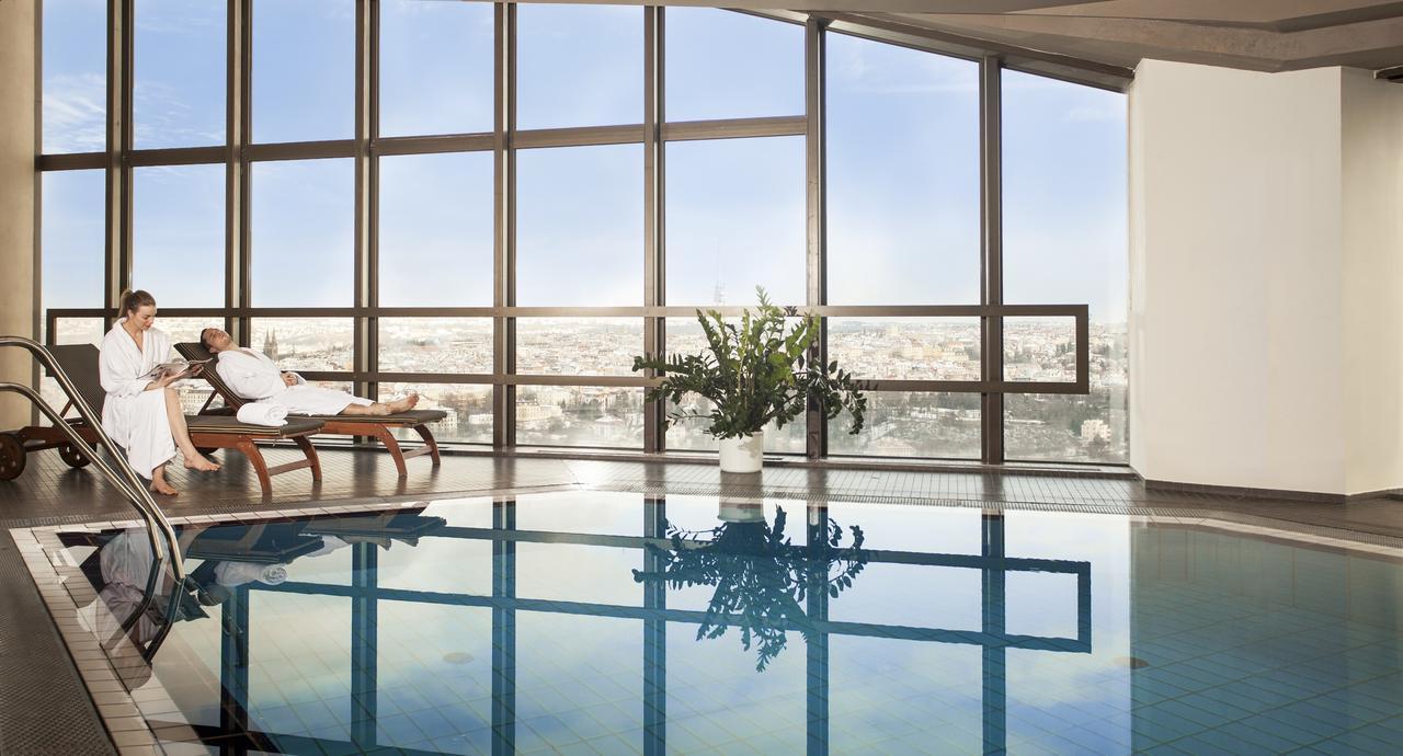 Bazén s výhledem z hotelu Corinthia