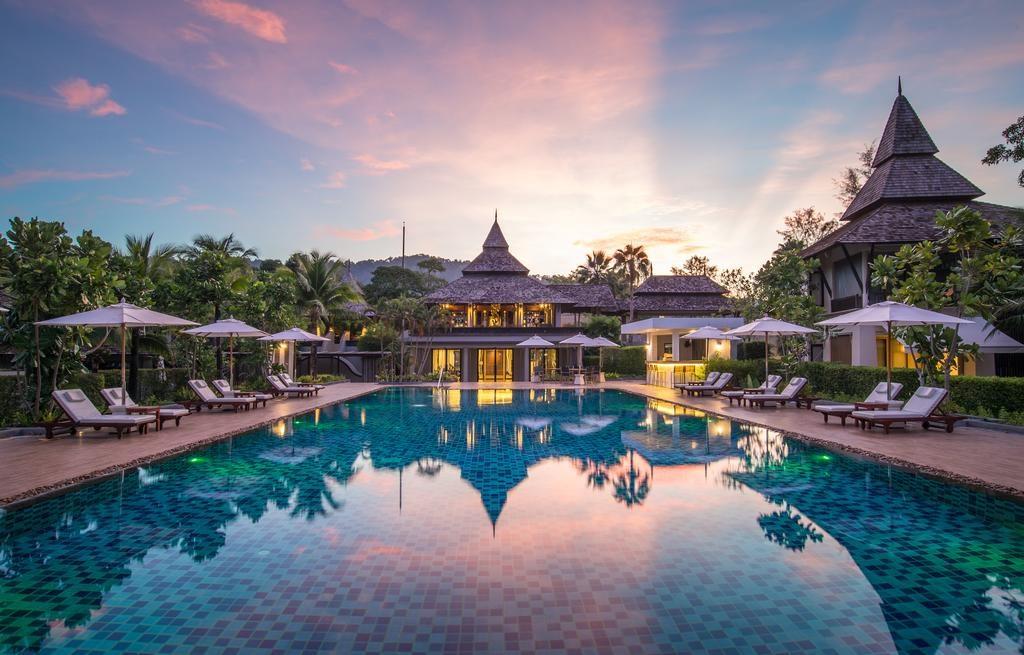 Pohled na hotel při západu slunce (Layana Resort Spa)